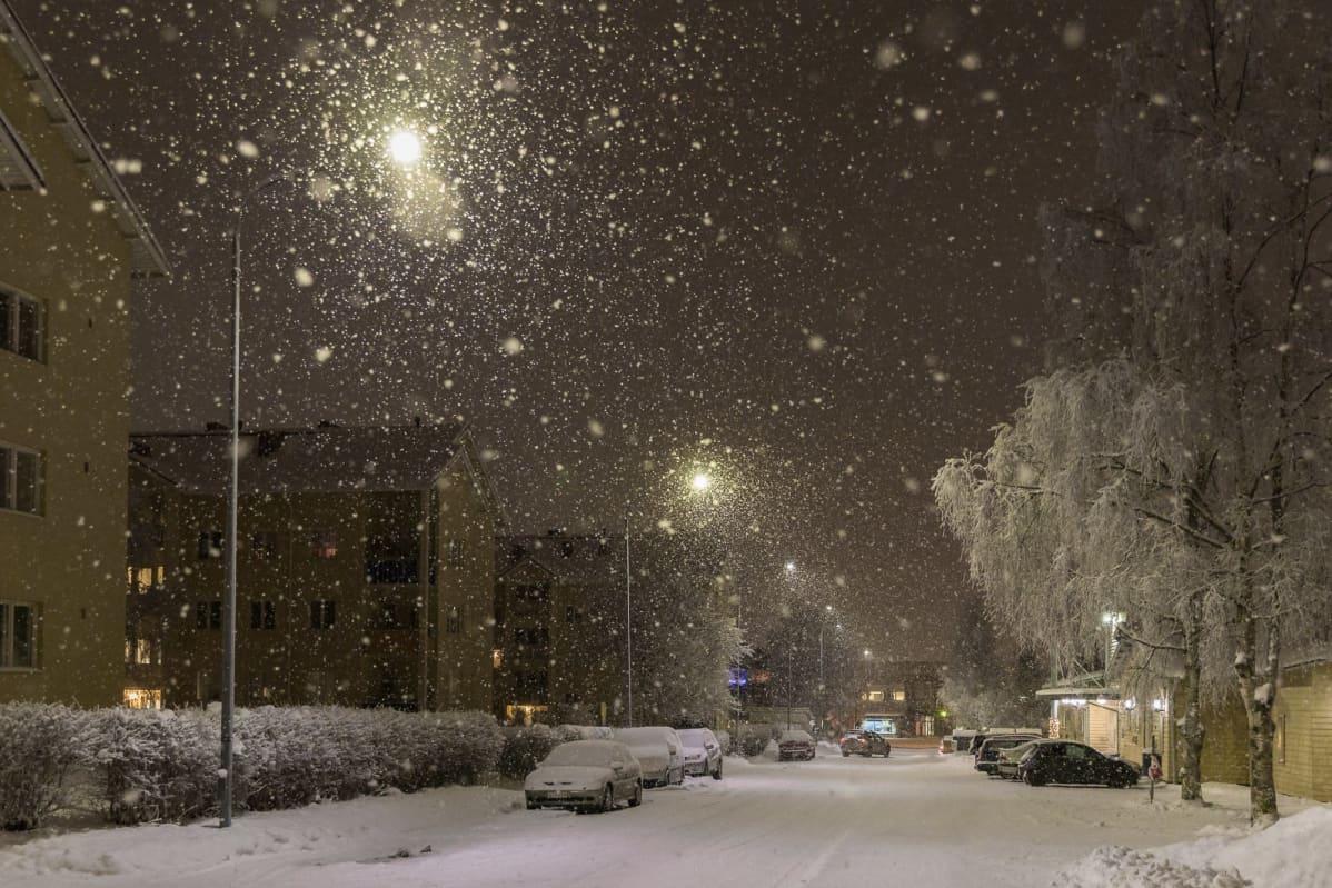 Lumisateinen ja huurteinen katunäkymä Rovaniemeltä.