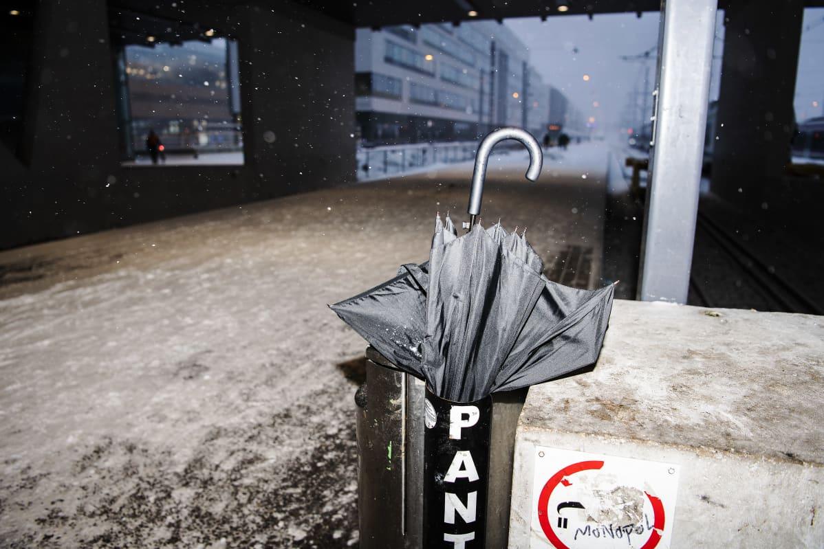 Rikki mennyt sateenvarjo roskiksessa Helsingissä 12. tammikuuta 2021.