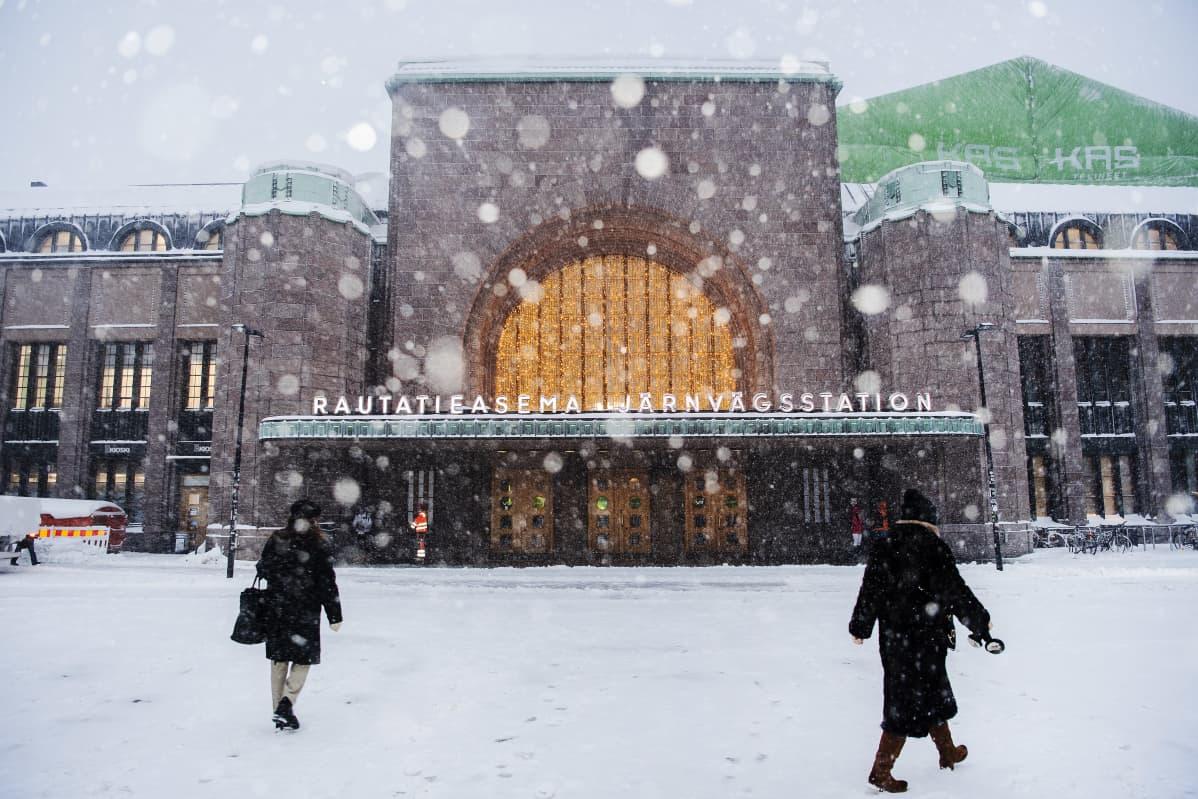 Sankka lumisade Helsingin rautatieaseman edessä 12. tammikuuta 2021.