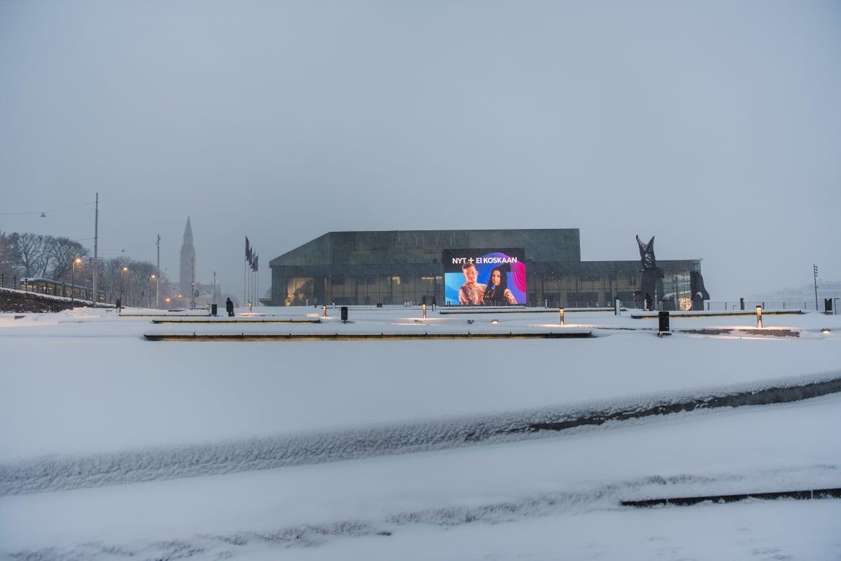 Lumimyräkkä saapui Helsinkiin tiistaiaamuna.