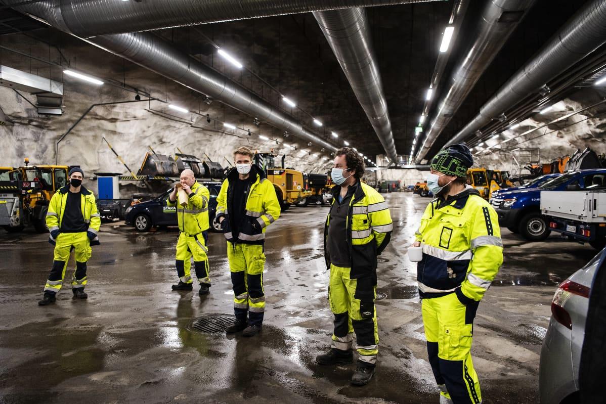 Staralaisten työpäivä alkaa kello 6 työnjaosta Kampin maanalaisesta keskuksesta.