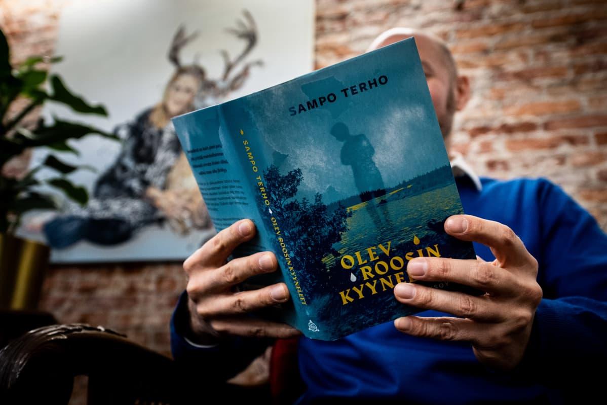 Sampo Terho lukee kirjoittamaansa esikoisromaania.