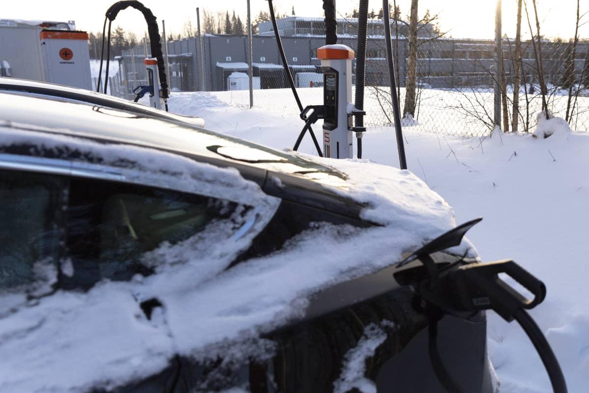 Sähköautoa ladataan Kempowerin parkkipaikalla heidän omilla pikalatureillaan.