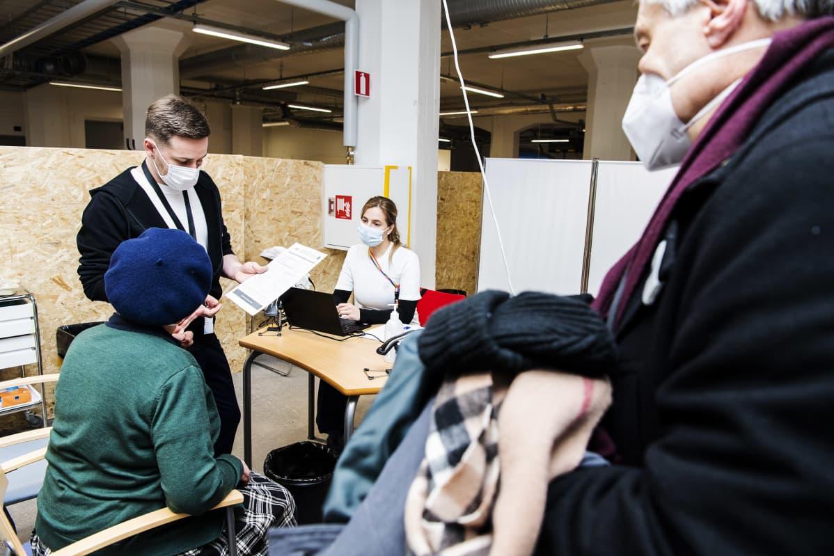 Eira-Mailis Harmanen sai koronavirusrokotteen Helsingissä 1. helmikuuta.