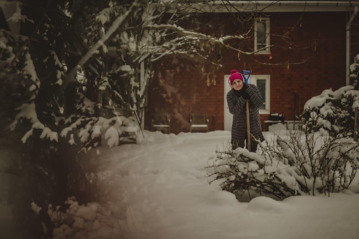 Sinikka Svärd lumihommissa.