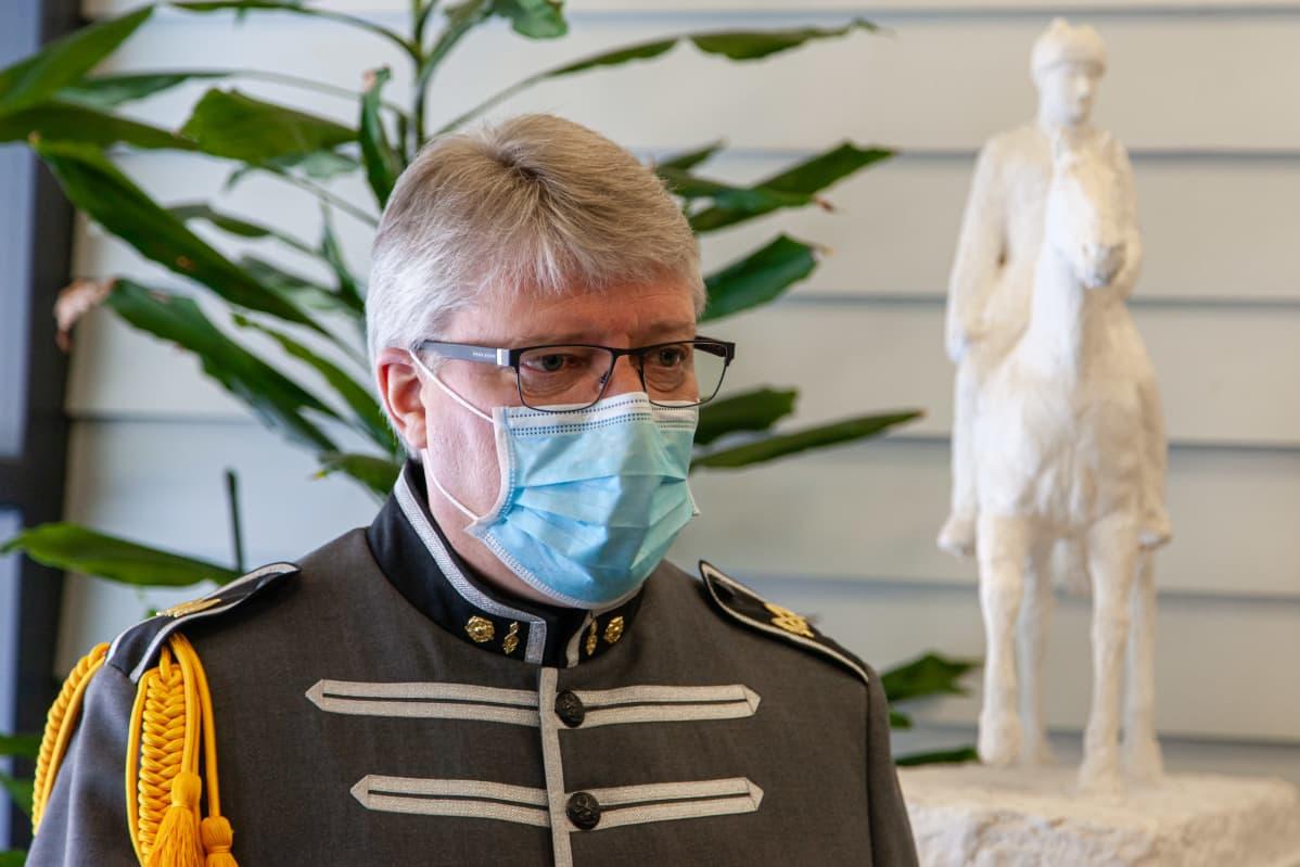 Rakuunasoittokunnan päällikkökapellimestari, musiikkimajuri Riku Huhtasalo.