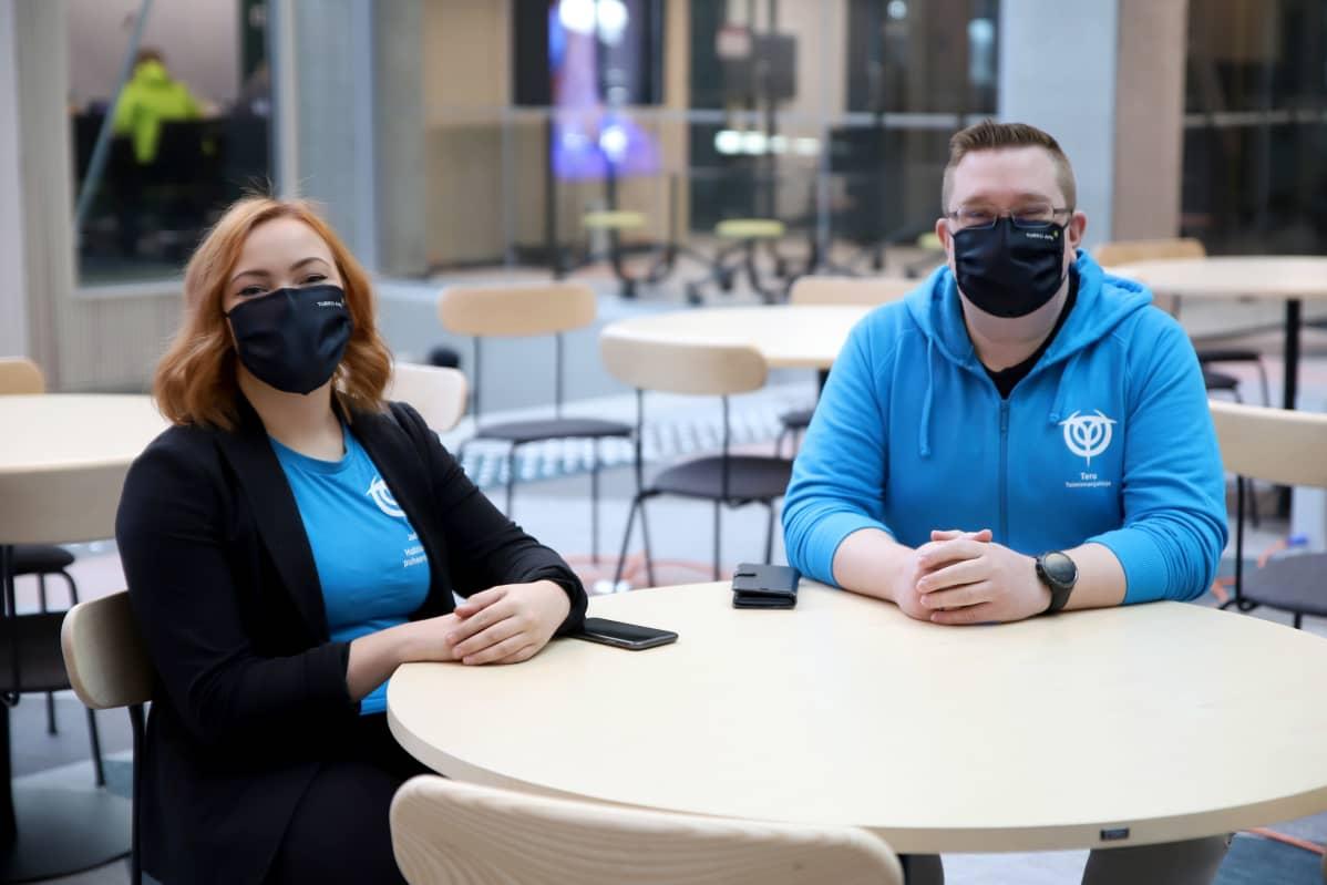 Jade Tähtinen ja Tero Rinne istuvat pöydän ääressä Turun ammattikorkeakoulun kampusalueella.