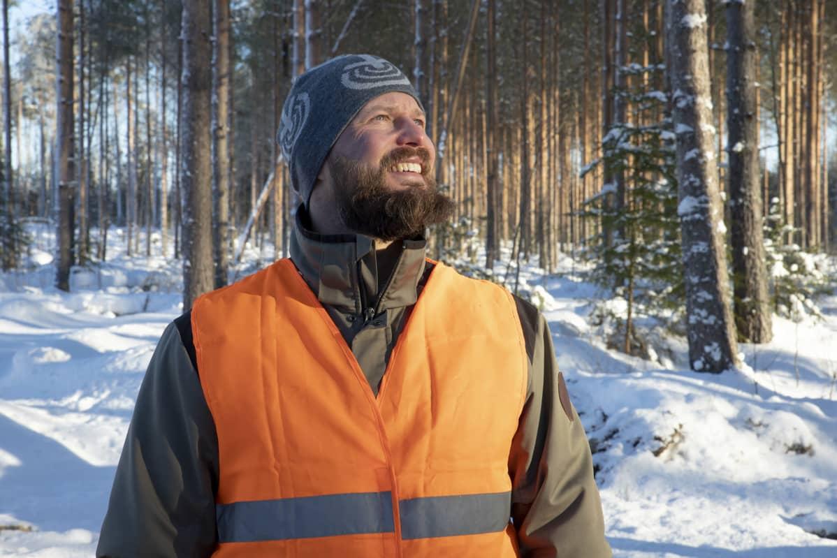 Mikko Syri katselee mäntymetsää