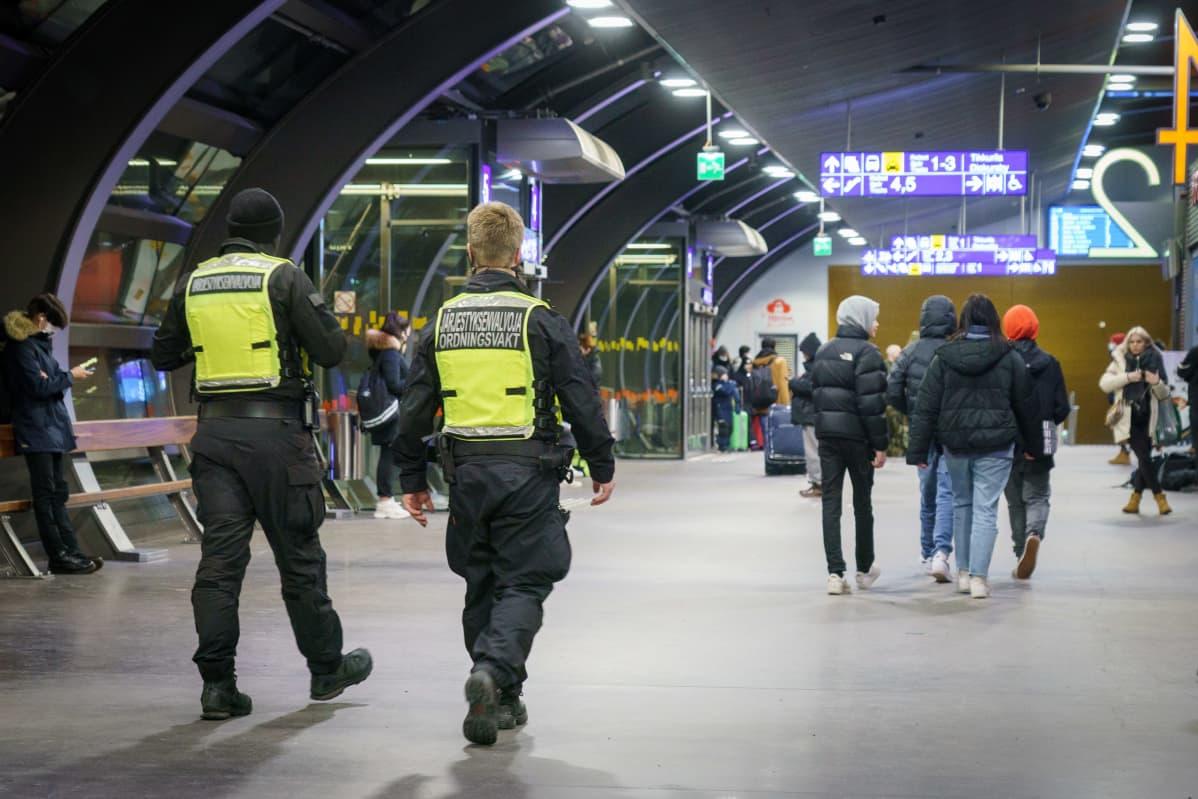 Vartijoita ja nuorisoa Tikkurilan rautatieasemalla.