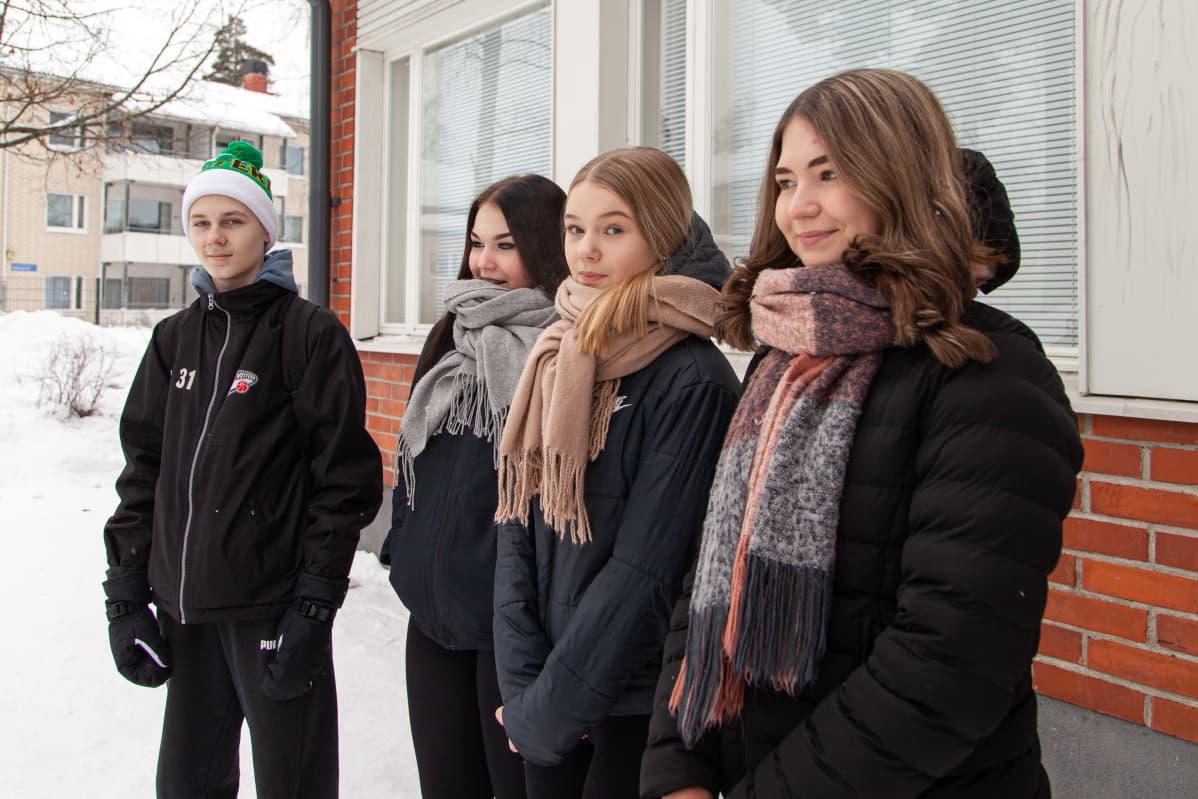 Lauritsalan koulun 9.-luokkalaiset (vasemmalta) Kaapo Vesalehto, Aada Hyvärinen, Nea Pietikäinen ja Miisa Tiilikainen.