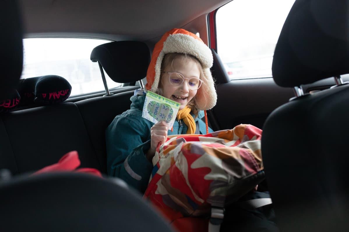 Nadia ja Sasha Zeliankovin 7-vuotias tytär Adelia matkalla koulusta kotiin.