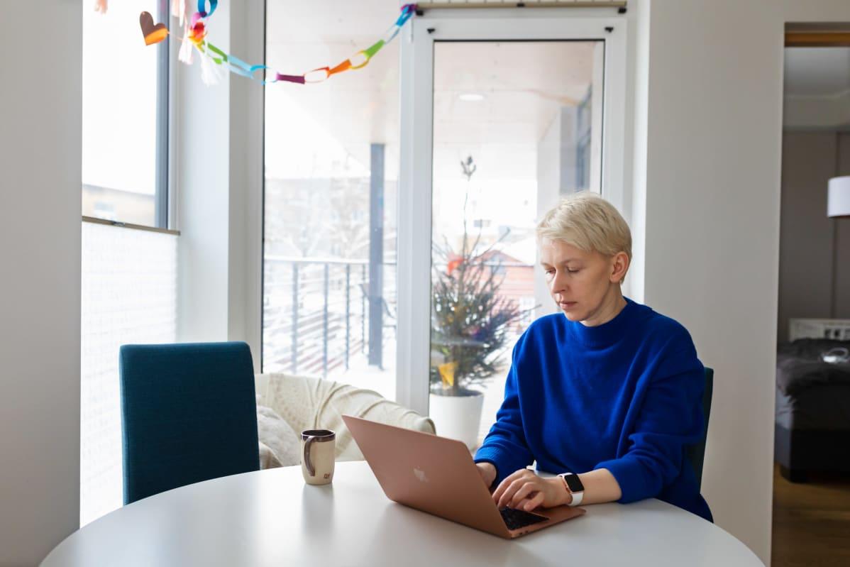 Nadia Zeliankova kirjoittaa tietokoneella kotonaan Tallinnassa.
