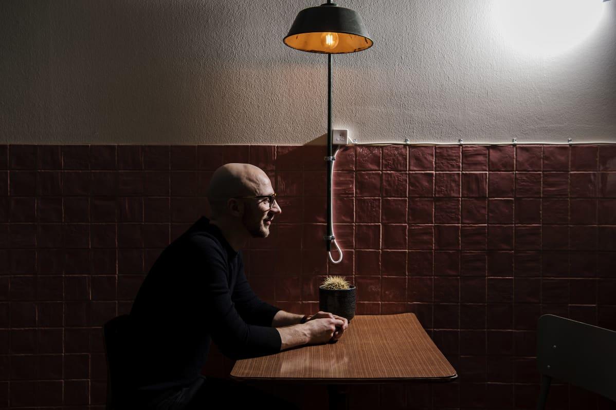 Lauri Reuter kuvattiin Teurastamon alueella Helsingissä helmikuussa 2021.