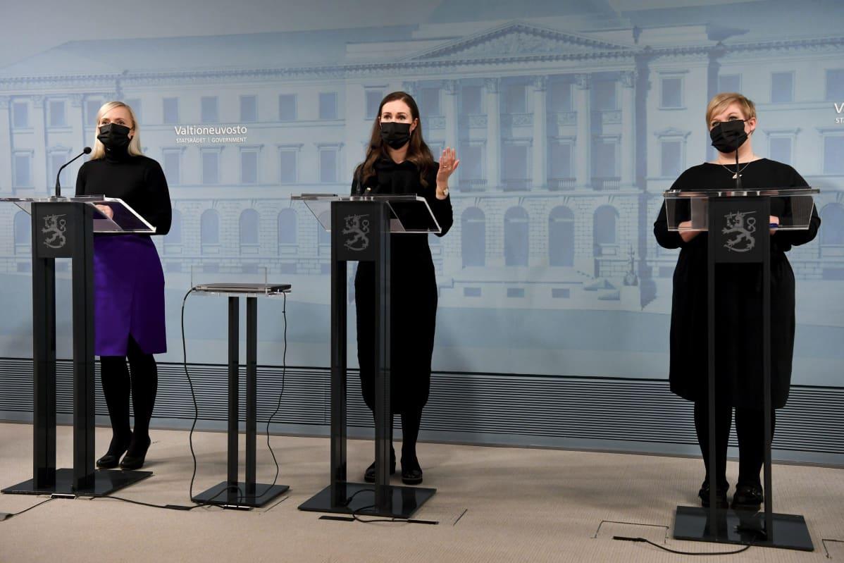 Statsminister Sanna Marin, inrikesminister Maria Ohisalo samt vetenskaps- och kulturminister Annika Saarikko under regeringens presskonferens den 25 februari.