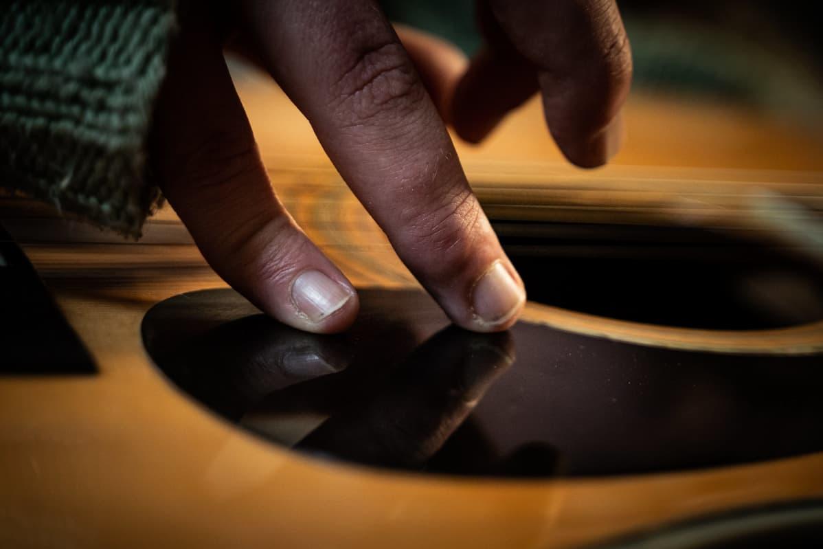 Lassi Valtosen sormet kitaran kielillä