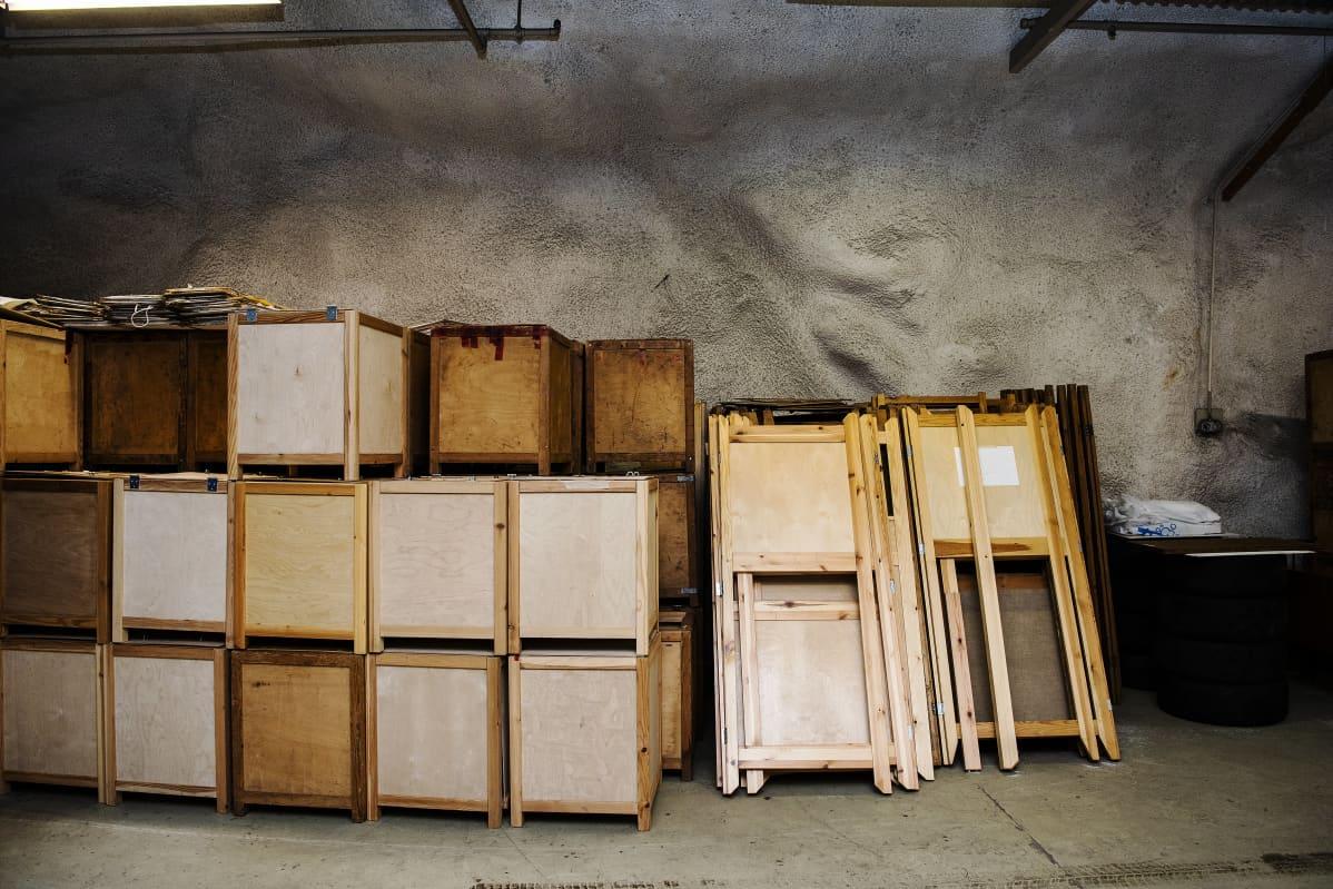 Lähes tuhatta äänestyskoppia ja satoja vaaliuurnia säilytetään Helsingin kaupungin varastossa maan alla.