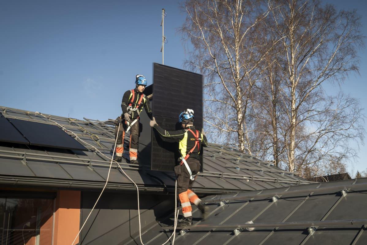 Aurinkopaneeleiden asennusta omakotitalon katolle helsingissä