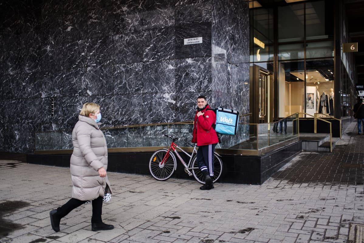 Wolt-kuriiri Vlorjon Kondo kuvattiin Rautatieaseman kupeessa maaliskuussa.