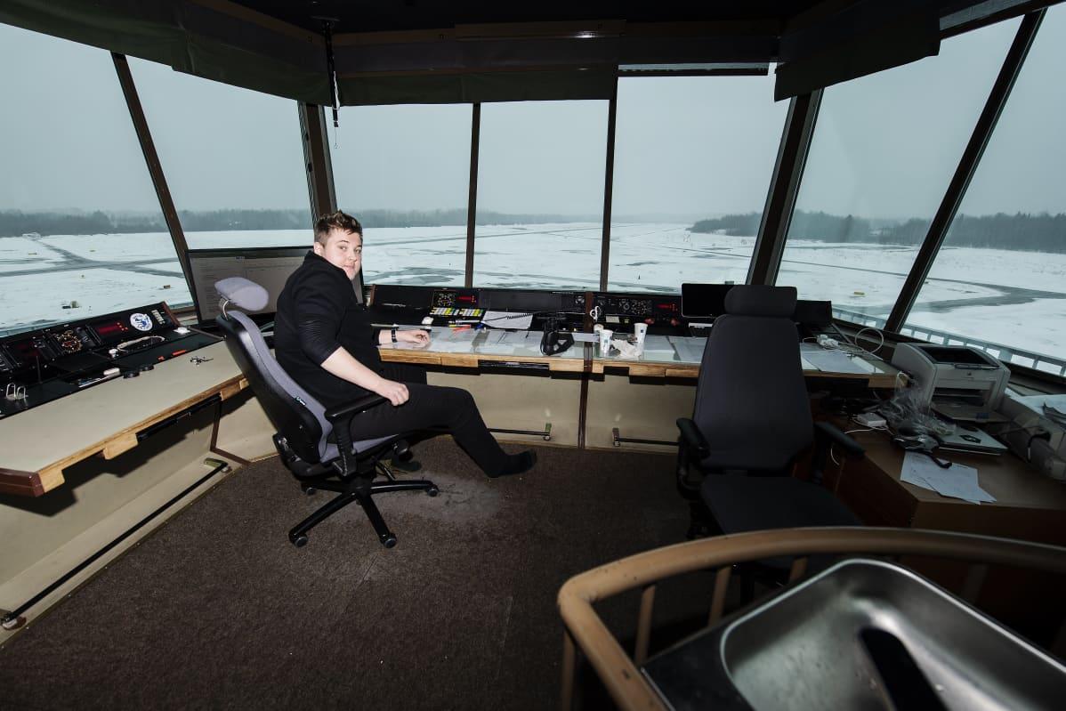 Vapaaehtoinen kenttäpäivystäjä Emil Pitkänen, 18,  oli Malmin lentokentän lennonjohtotornissa klo 12 aikaan 14. maaliskuuta 2021.