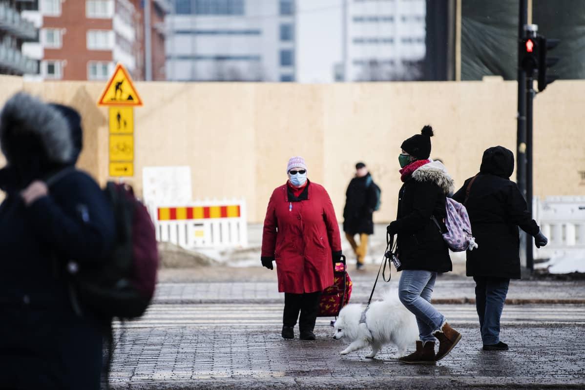 Helsingin Hakaniemessä käytettiin kasvomaskeja 16. maaliskuuta.