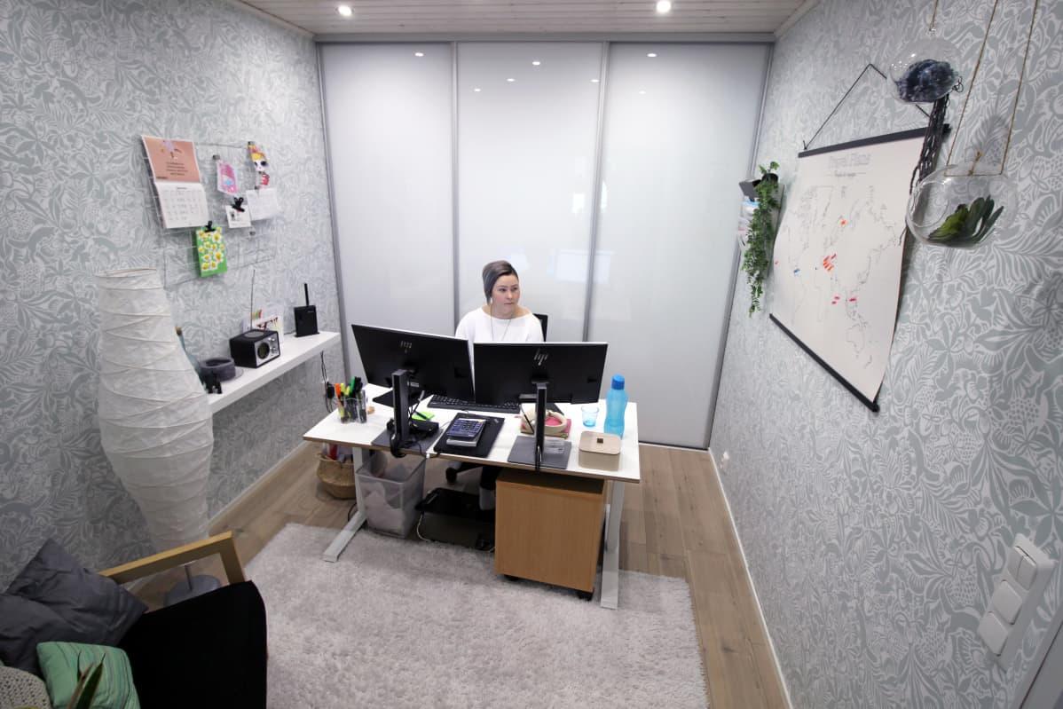 Juvalainen Anna-Mari Hangas-Tuovinen työskentelee kotiinsa rakennetussa työhuoneessa.