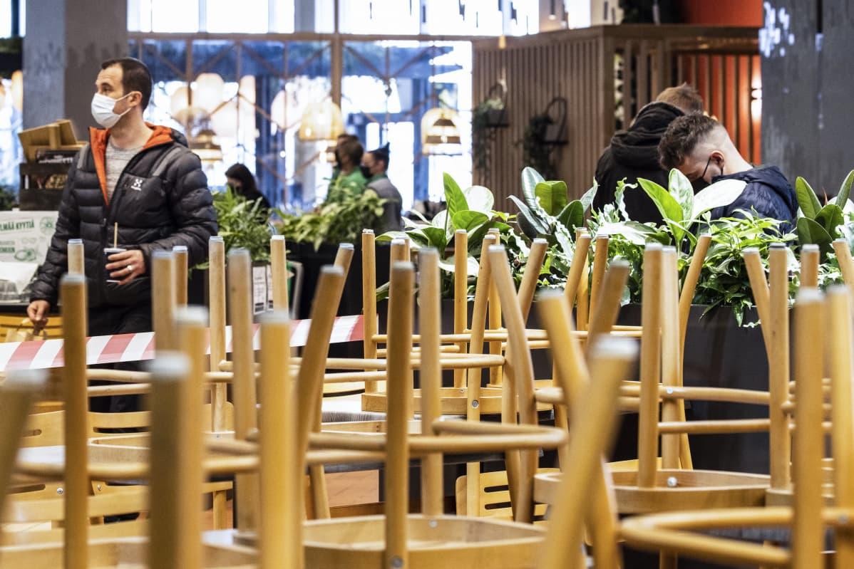 henkilöitä hakemassa takeaway lounasta kauppakeskus Kaaressa Hensingissä.