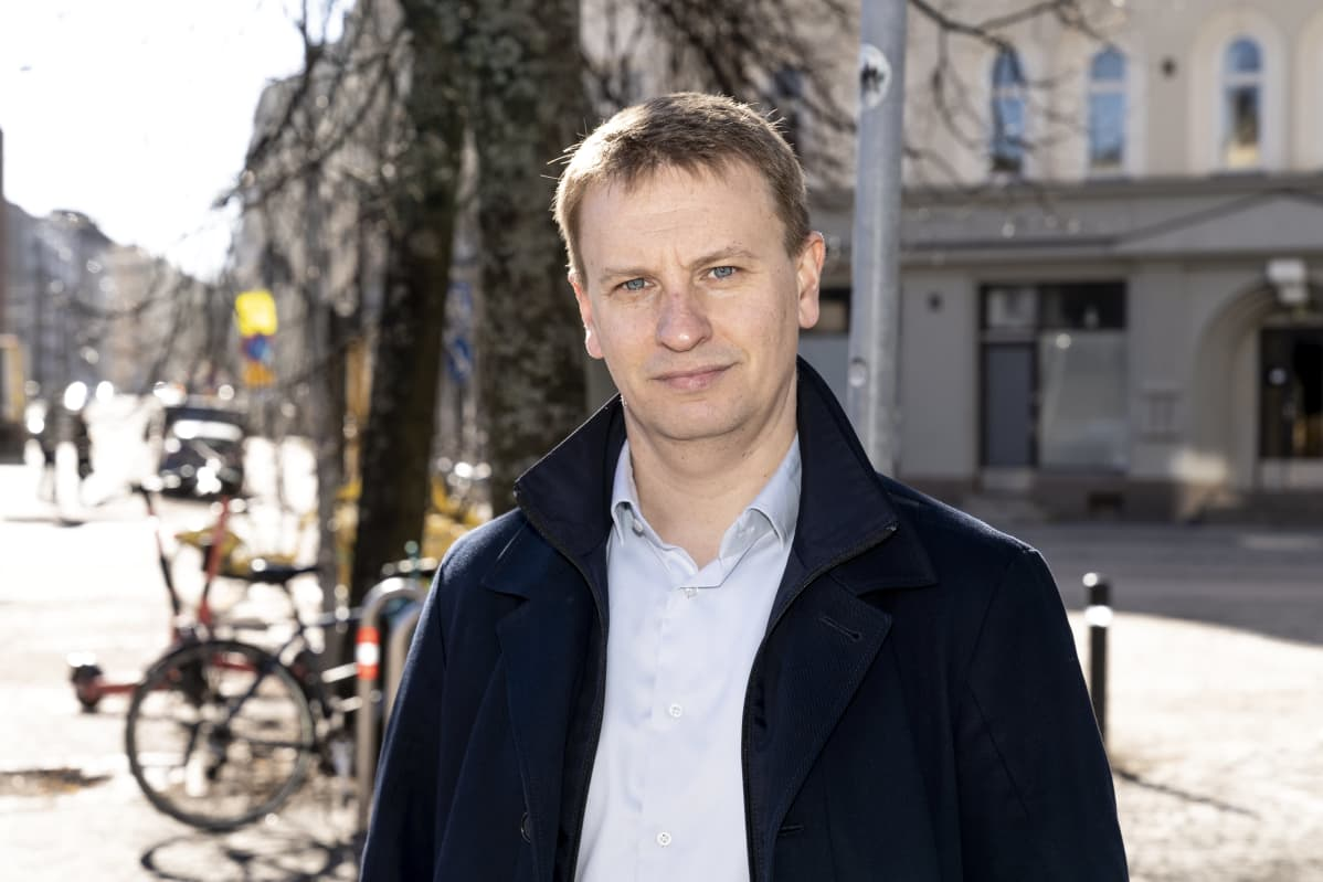 Simo Hiilamo aurinkoisella kadulla Töölössä, Helsingissä.