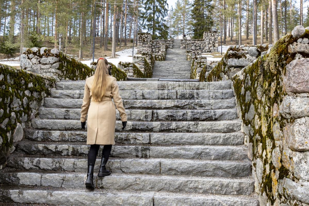 Anna Vehkalampi kiipeää Harjun portaita