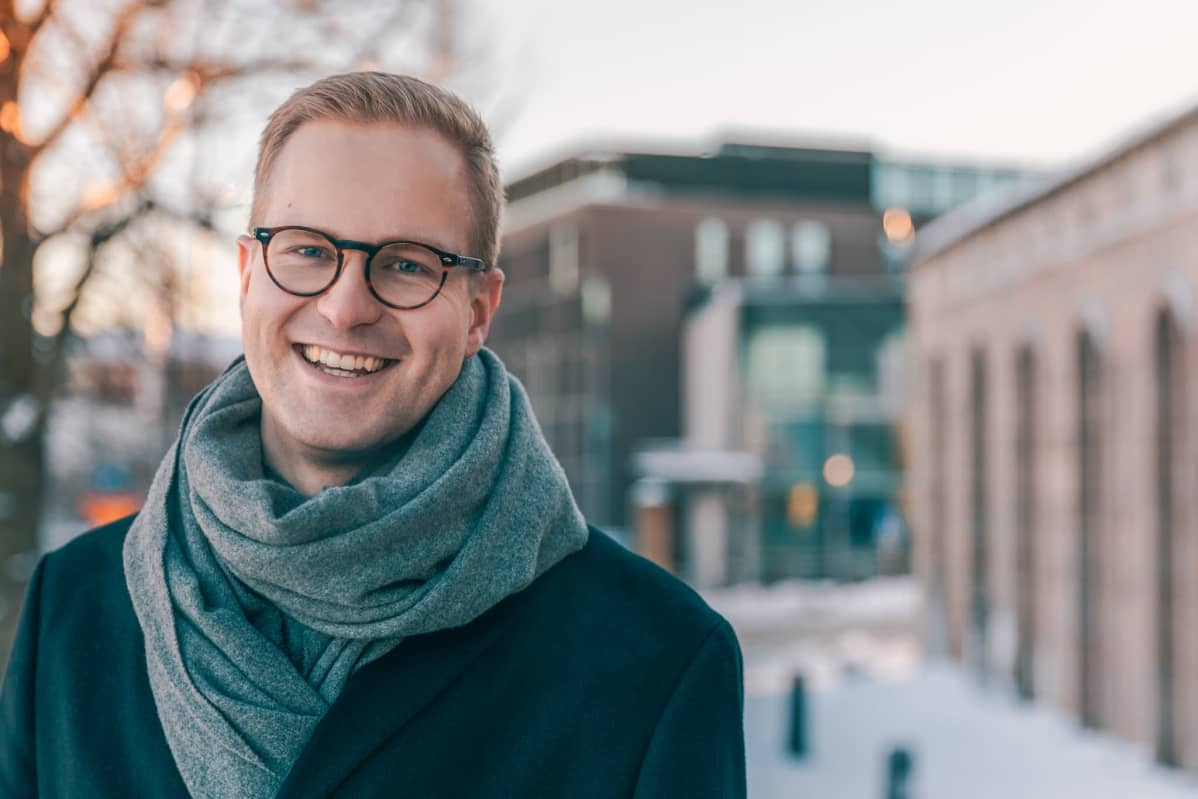 Ekonomisti Sakari Rokkanen poseeraa kameralle.