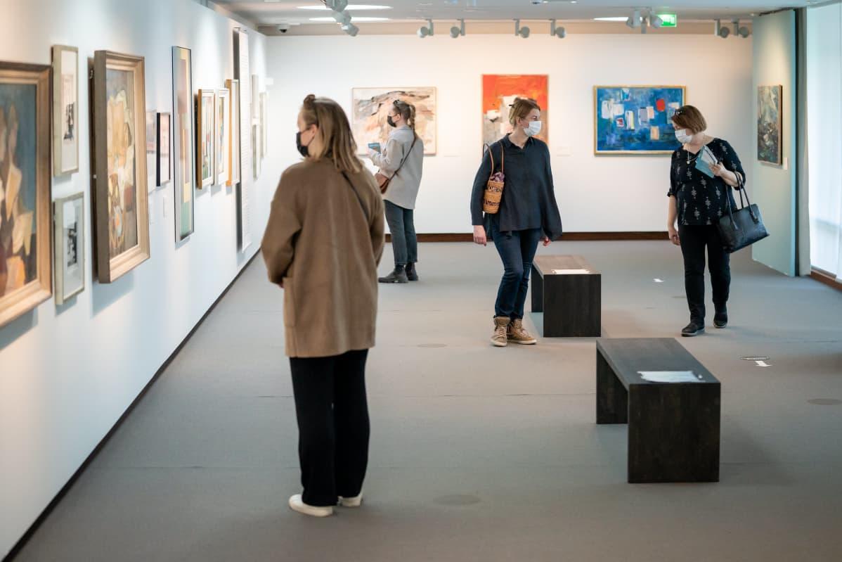 Ihmisiä Didrichsenin taidemuseossa