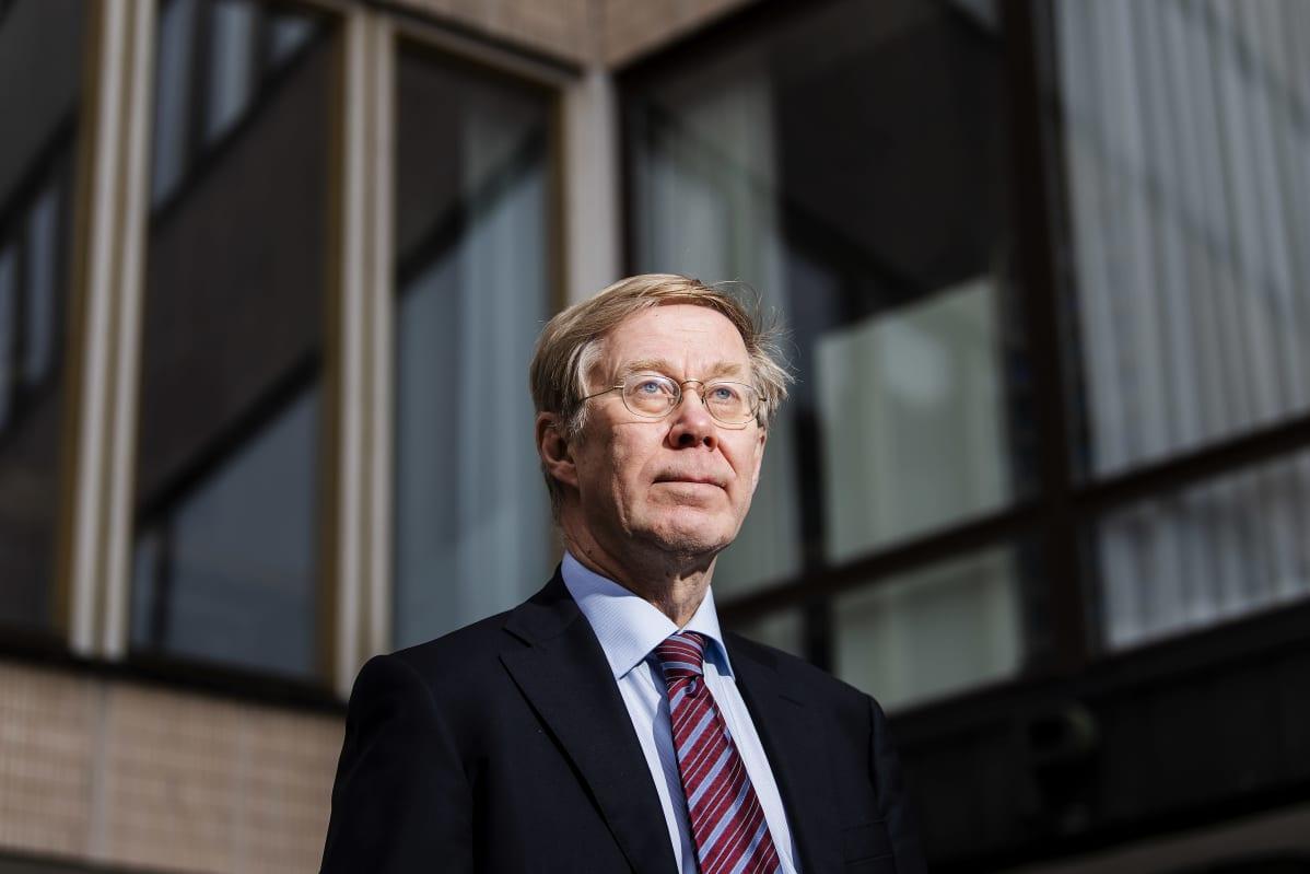 Professori Heikki Halila kuvattiin Porthanialla.