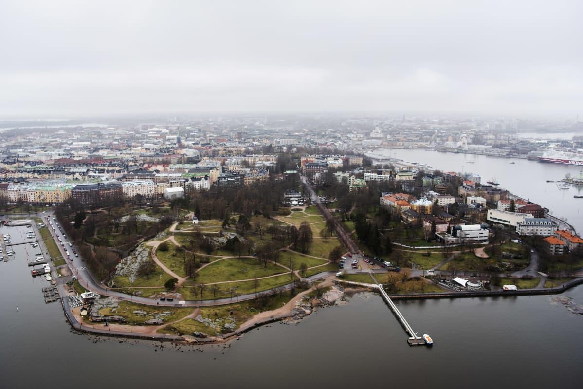 Ilmakuvassa on Helsingin Kaivopuisto toukokuussa 2021.