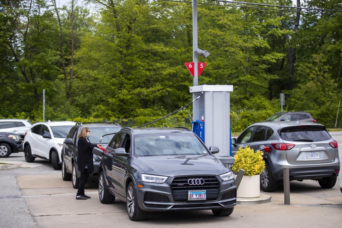 Autojono bensa-asemalle Yhdysvalloissa, Virginian Alexandriassa.
