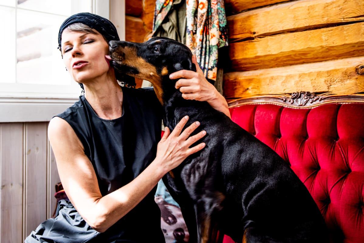 Katariina Souri koiransa kanssa kodissaan Sipoon Boxissa.