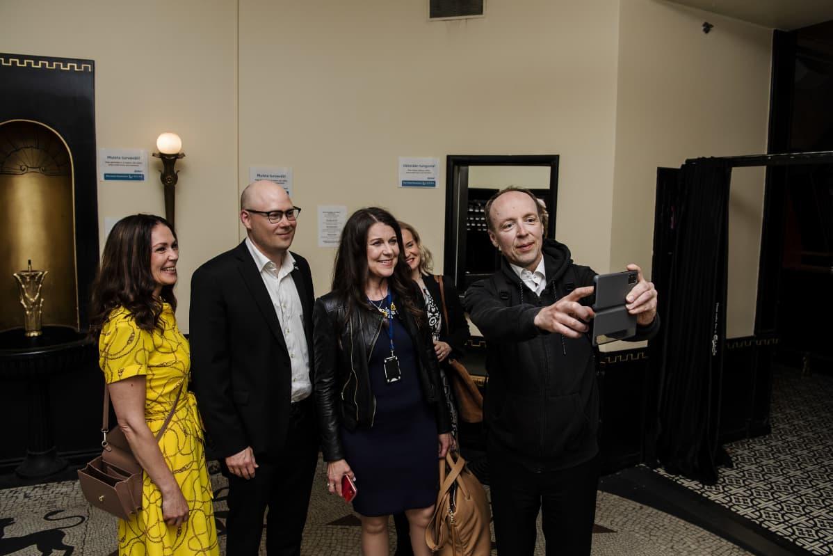 Lulu Ranne, Simo Grönroos, Arja Juvonen, Riikka Purra ja Jussi Halla-aho ottivat selfien.
