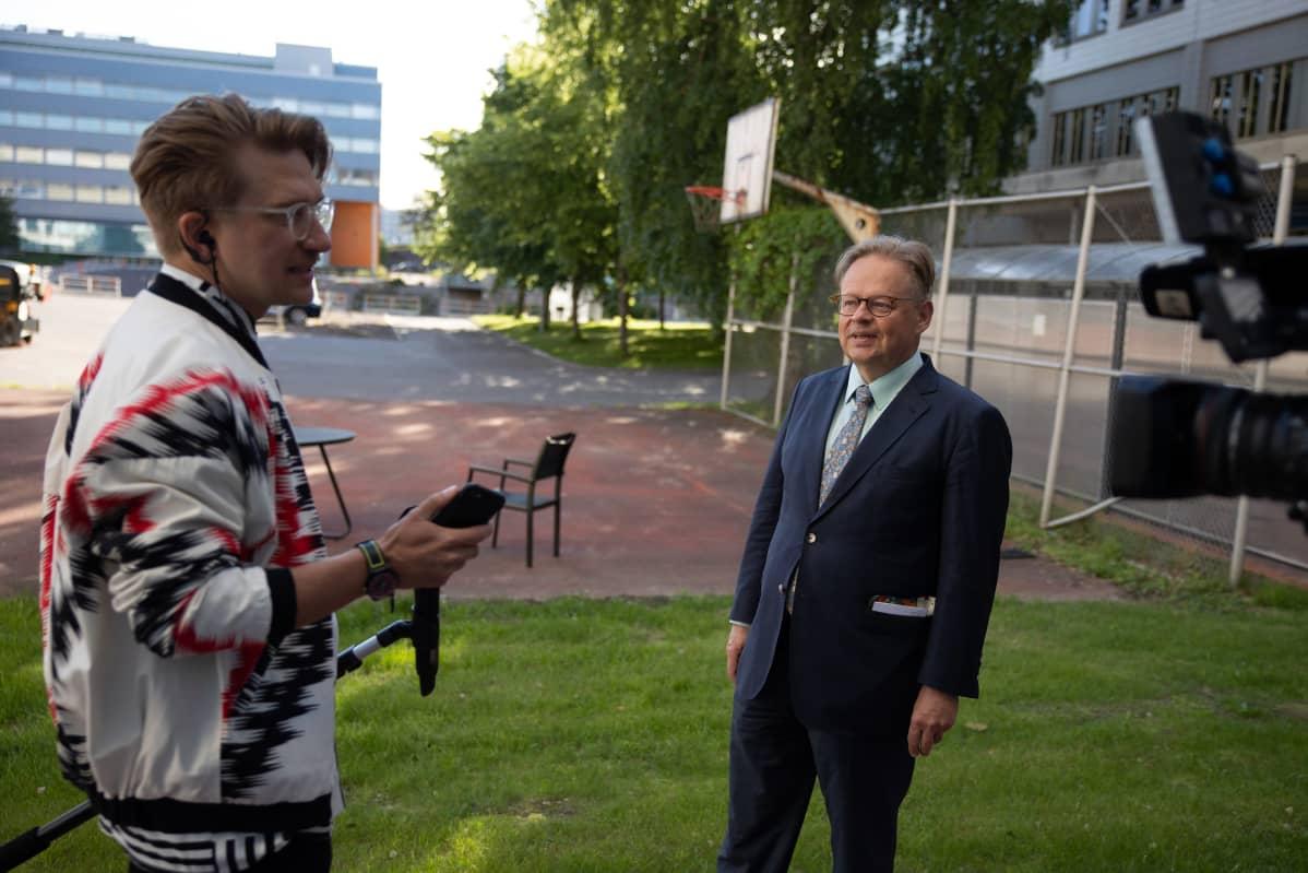 Juhana Vartiainen TV-haastattelussa.