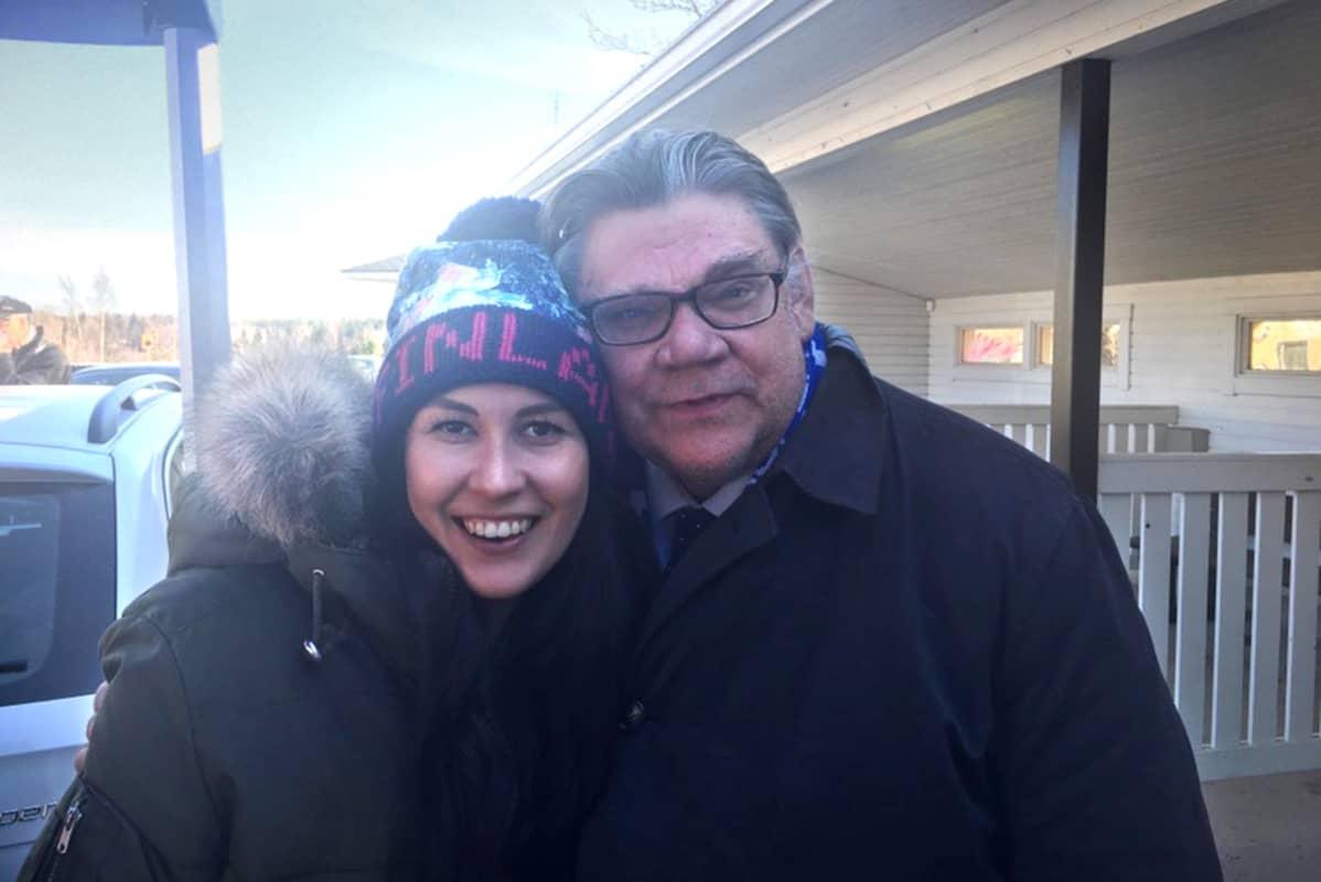 Tiina Elovaara ja Timo Soini hymyilevät kameralle.