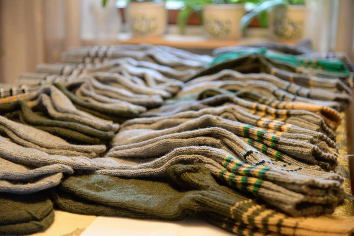Kaisu Pihlajan jalasjärven kutsuntoihin osallistuville kutomat sukat ovat valmiina jaettavaksi kutsunnoissa 17. syyskuuta 2019