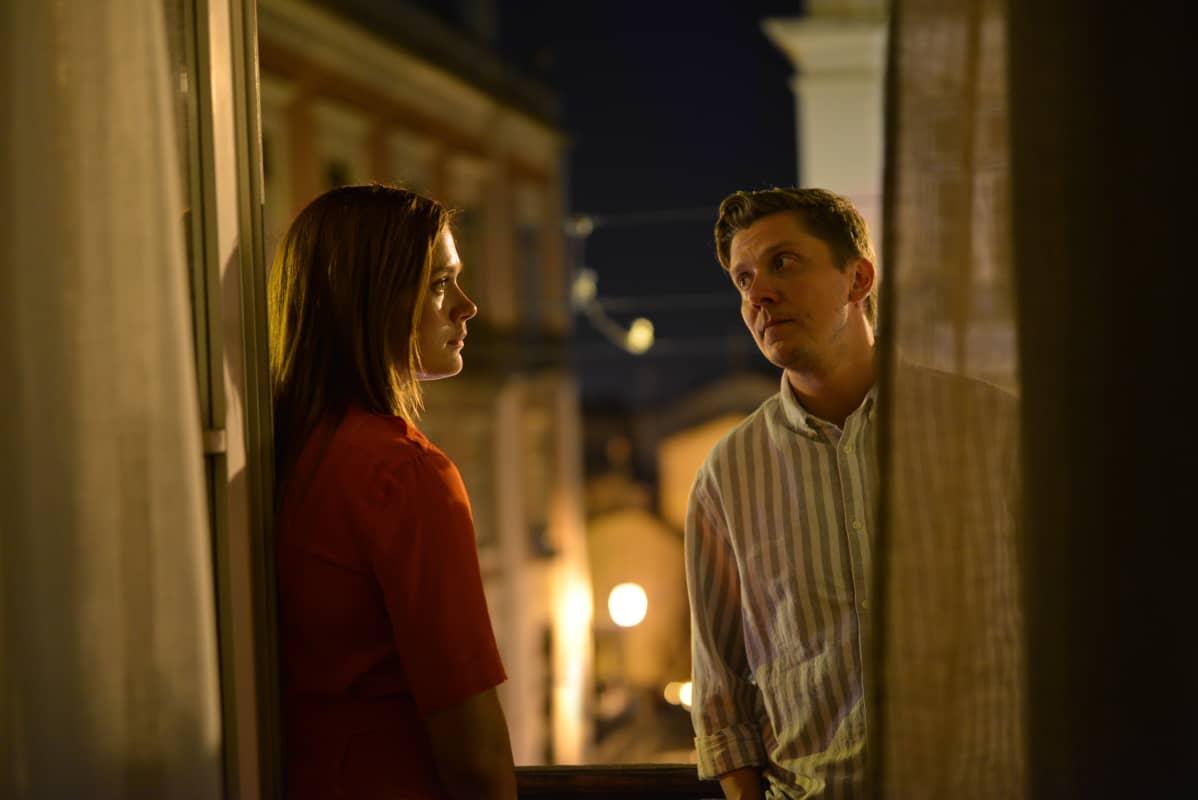 Krista Kosonen ja Eero Ritala näyttelevät paria, jonka ihana lomapäivä menee pilalle.