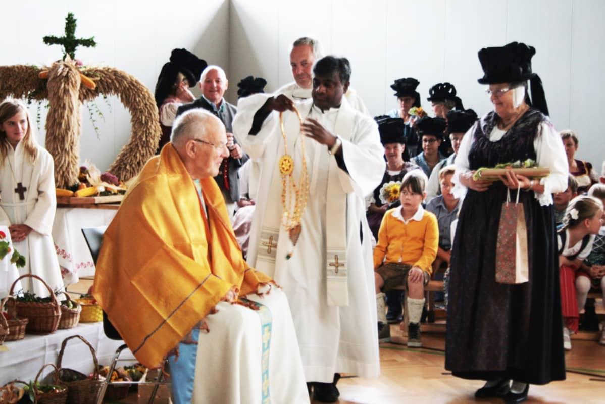 Glaneggin pappi Francis Nelaturi on kotoisin Intiasta. Hän suoritti itävaltalaisen sadonkorjuumessun päätteeksi intialaisen kiitosseremonian vieraana olleelle papille.