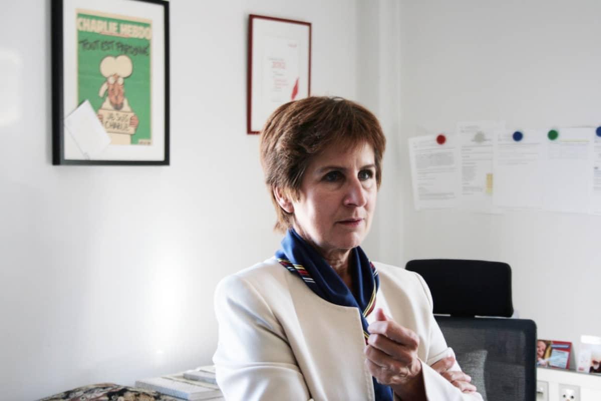Antonia Gössinger on Kärntenin osavaltiossa ilmestyvän Kleine Zeitungin päätoimittaja. Seinällä roikkuu journalismipalkinto, jonka hän sai jouduttuaan Jörg Haiderin ja FPÖ:n kannattajien hyökkäyksen kohteeksi.