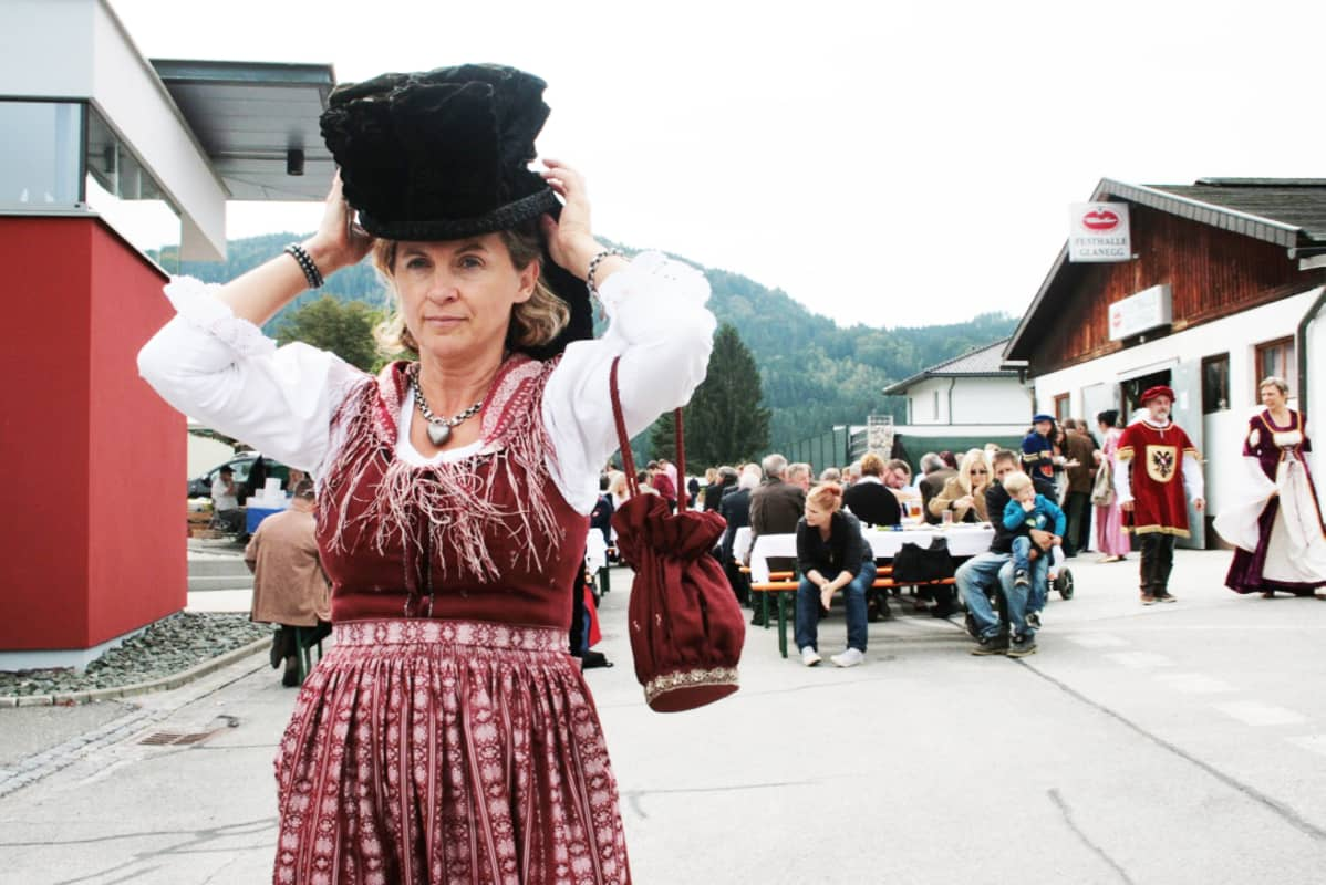 Alice Rothille on tärkeää välittää kansallispukuperinne seuraaville sukupolville mahdollisimman aitona. Hän vieroksuu halpoja kansallispukujäljitelmiä, joita myydään vaatekaupoissa varsinkin näin Oktoberfestin aikaan.