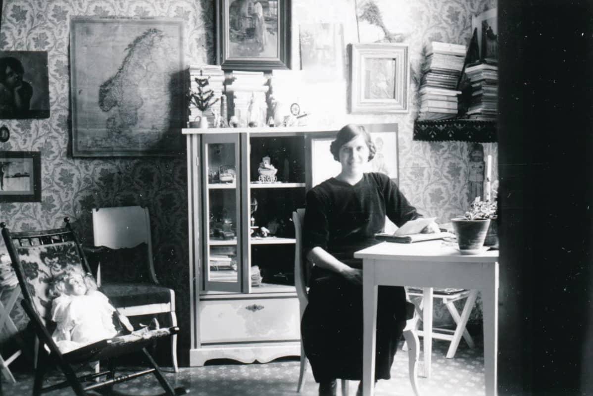 Kuvassa Lullan istuu pöydän ääressä Lohjan pappilassa v. 1913