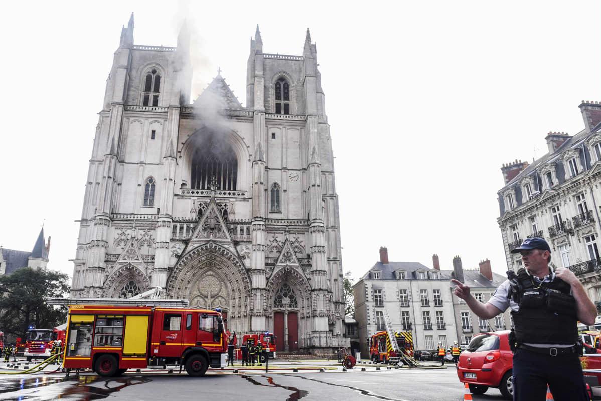 Kuvassa on tulipalossa kärsinyt Nantesin katedraali.