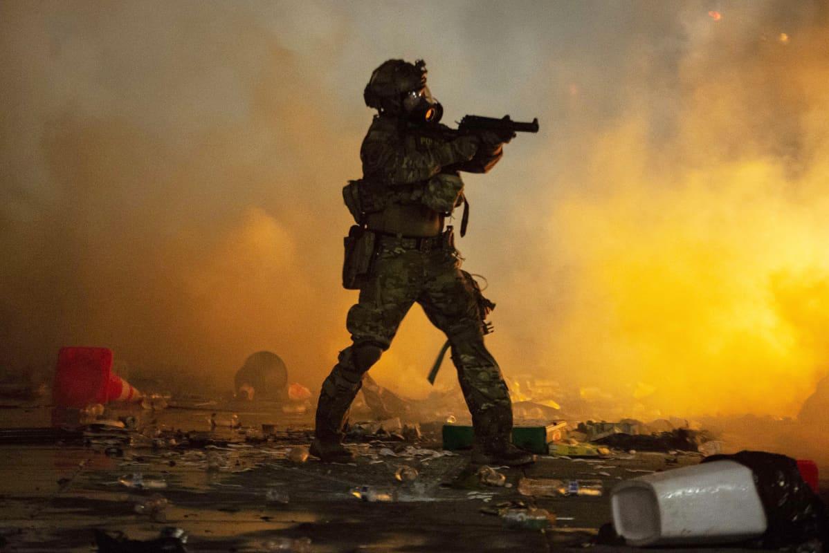 Mellakkavarusteisiin pukeutunut liittovaltio sotilas.