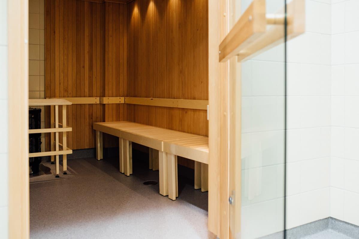 Sauna missä lauteet on noin normaalilla istumakorkeudella eikä korkealla niin kuin saunoissa yleisesti.