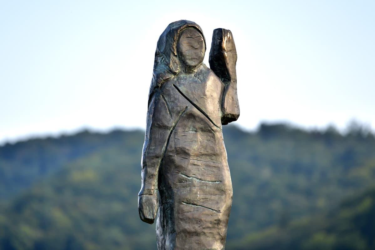 Melanie Trumpia esittävä patsas Slovenian Sevnicassa.