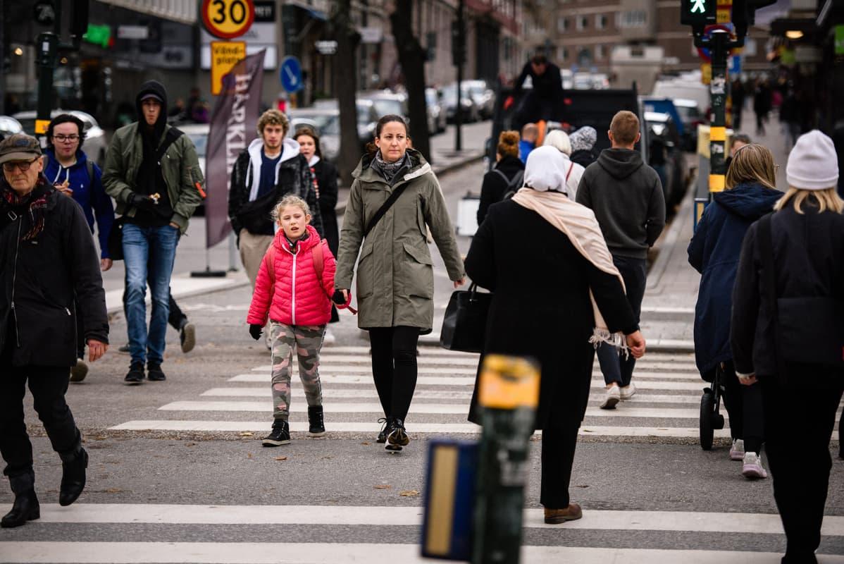Ihmisiä kadulla Tukholmassa.