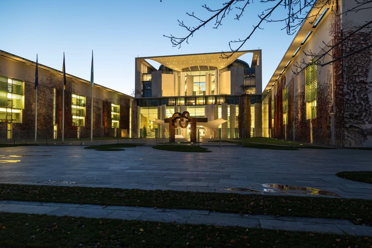 Kuvassa on Saksan liittokanslerinvirasto Berliinissä.
