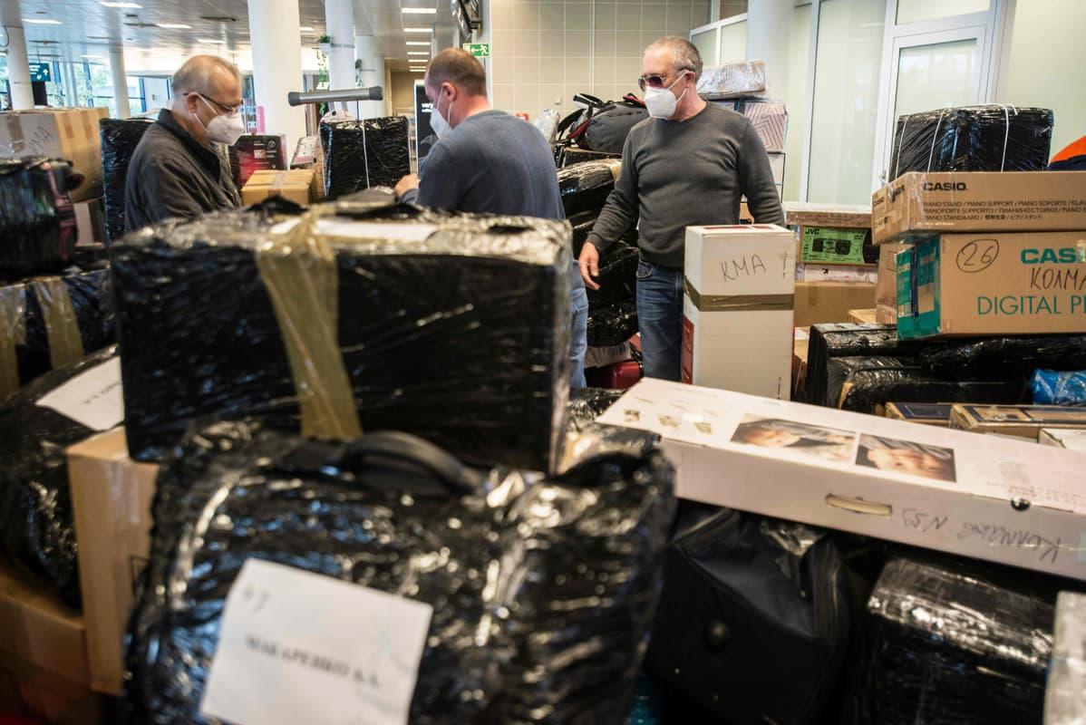 Venäjän suurlähetystön työntekijät matkatavaroineen lentokentällä Prahassa.